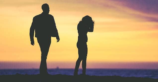 ondergaande zon, man loopt op vrouw af