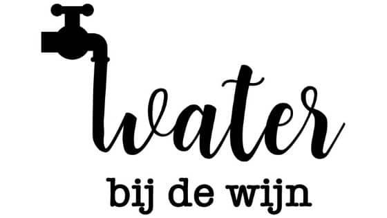 water bij de wijn doen
